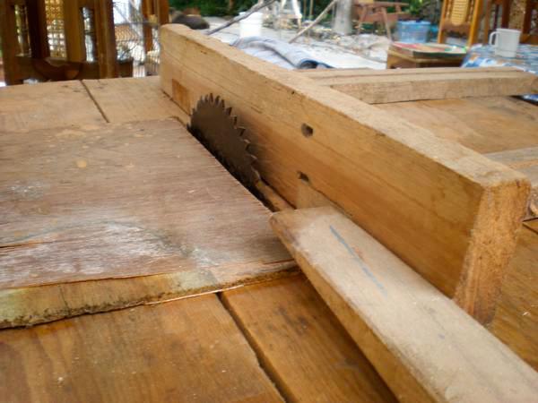 Este es uno de los pedazos de madera que corte con una sierra circular  (de motor) que era de mi papa durante el tiempo que fue carpintero.