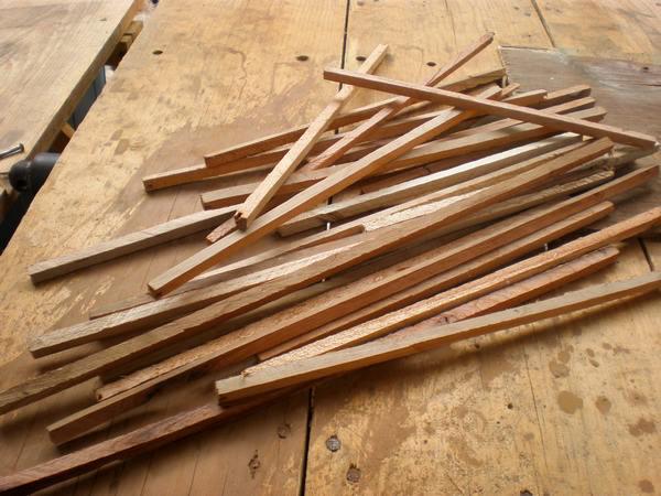 Como veran, corte la madera en varias varillas, las cuales me servirian posteriormente para hacer la jaula.