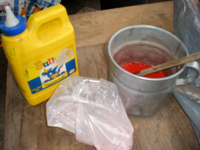 El siguiente paso fue pintarlas, para eso utilice pintura en polvo especial para madera del color Rojo (escarlata), esta se mezcla con agua y un poco de pegamento blanco (el pegamento es para que la pintura se adhiera mejor a la madera).