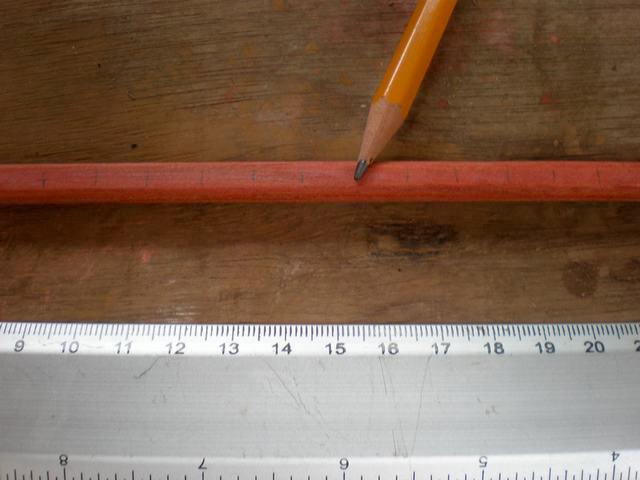 Luego de lijar cada una de las maderitas, lo que sigue es marcar, con la ayuda de un lapiz y una regla, el lugar donde se le hara cada uno de los agujeros, por donde se le introducira el alambre. (el espacio que deje entre cada agujero es de 1 cm)