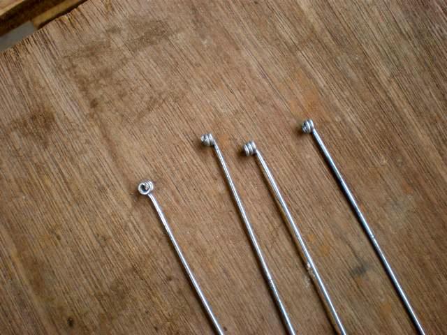 Luego se cortan 4 tiras de alambre de 30 cm aproximadamente, que serviran para unir las 4 esquinas de la jaula.  Yo les hice una especie de adornos en las puntas y quedaron de esta forma. El alambre debe ser enderezado con anterioridad. (mas adelante les dire como)