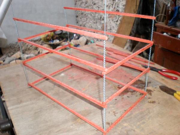 Las ultimas varillas (Digamos el piso de la jaula) se deberan colocar de la siguiente forma, teniendo el cuidado de dejar un espacio donde ira la laminilla movil que sirve para excremento de las aves.