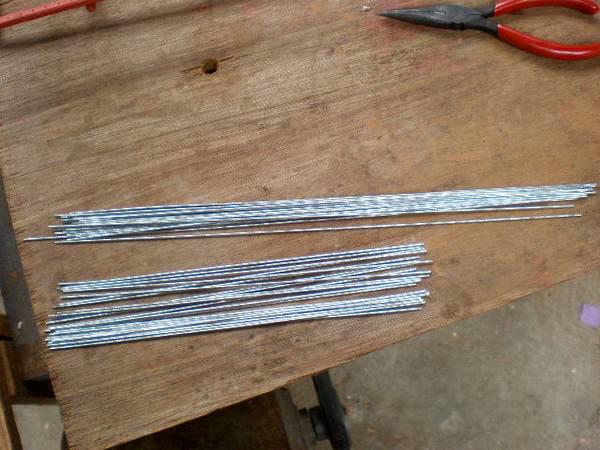 Despues de enderezar el alambre, lo cortamos con las medidas adecuadas y los vamos colocando en cada agujero.