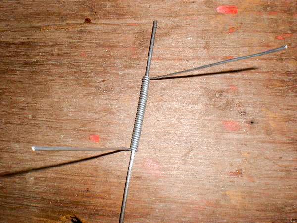 Las partes cortadas se deberan lijar y pintar posteriormente. Para colocar la puerta necesitaremos un resorte que haremos mas o menos de la misma forma que los otros: