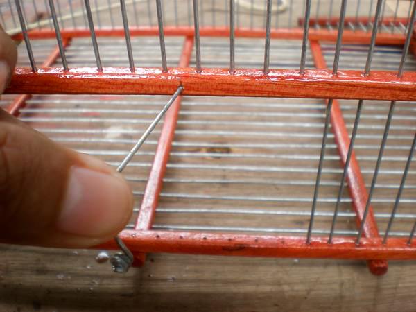 Luego colocaremos el segurito en un agujero que haremos arriba del espacio dejado para la puerta